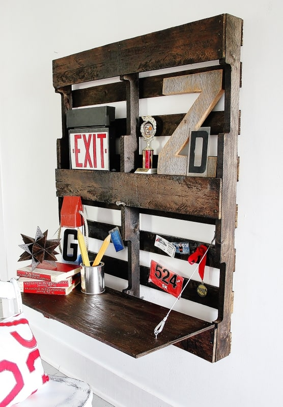 In no time your DIY pallet desk will be assembled against the wall and ready to use!
