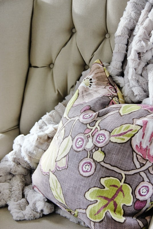 how-to-decorate-with-purple-pillow