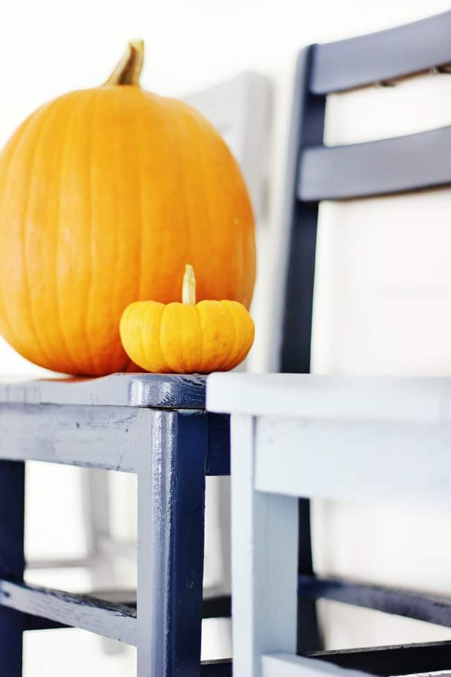 pumpkins-on-chairs