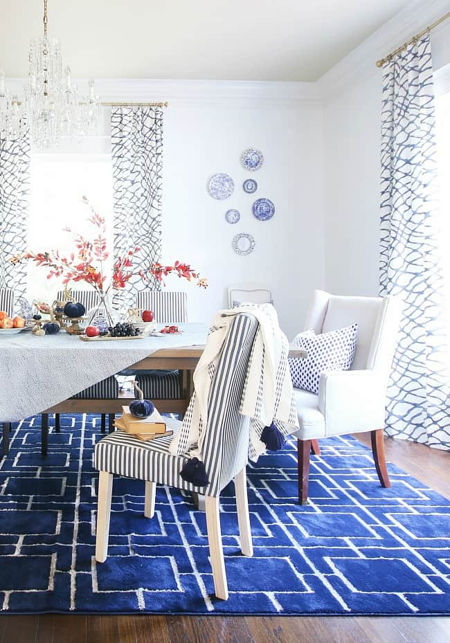 fall centerpiece ideas in blue and white dining room