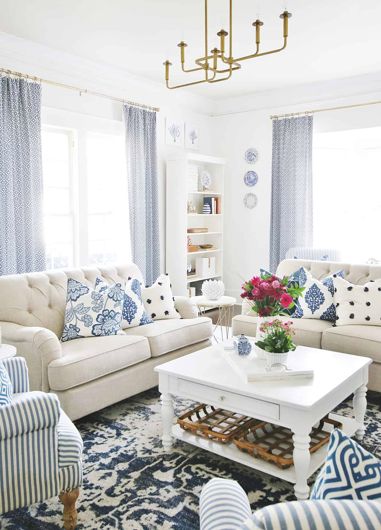 blue and white living room how to decorate a coffee table