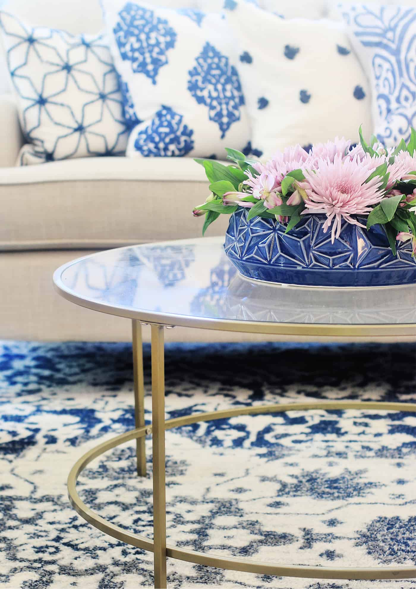 how to mix patterns with pillows and rugs